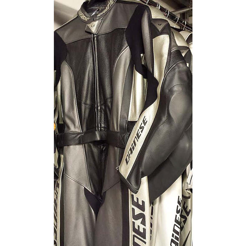 T.div. Flanker Suit Carbon/Gold-White Dainese